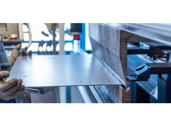 Резчик металла на ножницах и прессах